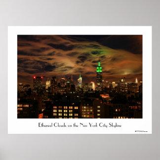 Nubes etéreas: Horizonte de NYC, edificio del esta Posters