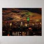 Nubes etéreas: Horizonte de NYC, edificio del esta Poster