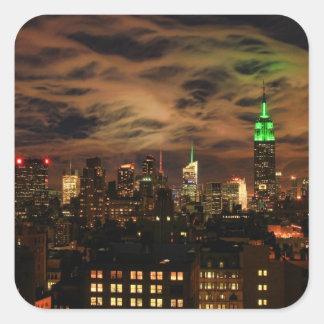 Nubes etéreas: Horizonte de NYC, edificio del Pegatina Cuadrada