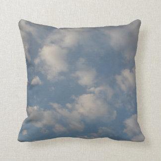 Nubes hacia fuera su almohada de la ventana