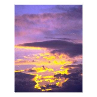 Nubes hermosas en la última hora de la tarde tarjeton