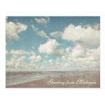 Nubes hermosas sobre la postal de la playa del lag