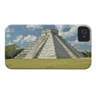 Nubes hinchadas blancas sobre la pirámide maya funda para iPhone 4