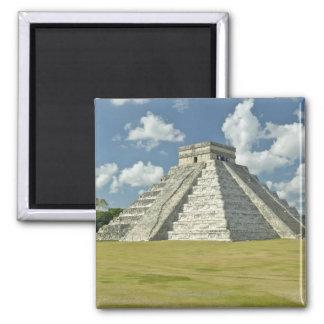 Nubes hinchadas blancas sobre la pirámide maya imán cuadrado