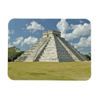 Nubes hinchadas blancas sobre la pirámide maya imán rectangular