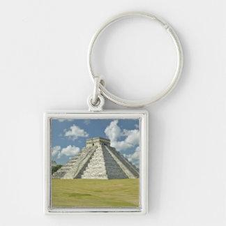 Nubes hinchadas blancas sobre la pirámide maya llavero cuadrado plateado