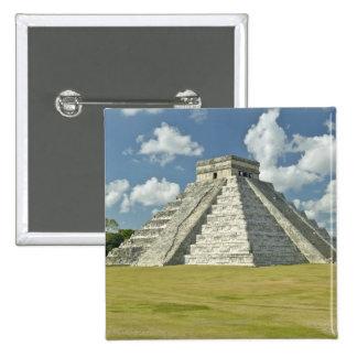 Nubes hinchadas blancas sobre la pirámide maya pin cuadrado