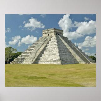 Nubes hinchadas blancas sobre la pirámide maya póster