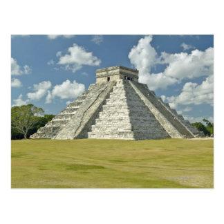 Nubes hinchadas blancas sobre la pirámide maya tarjetas postales