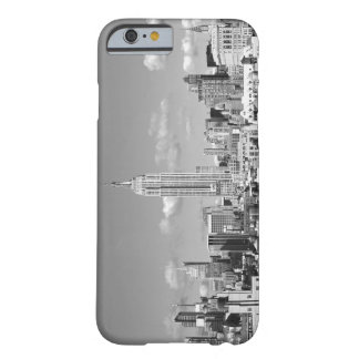 Nubes hinchadas BW del horizonte del Empire State Funda Barely There iPhone 6