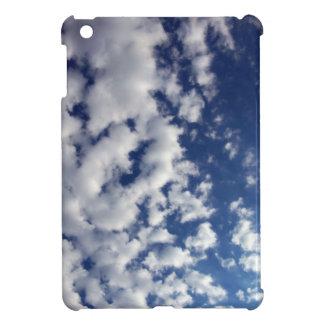 Nubes hinchadas en el cielo azul