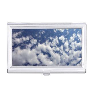 Nubes hinchadas en el cielo azul cajas de tarjetas de presentación