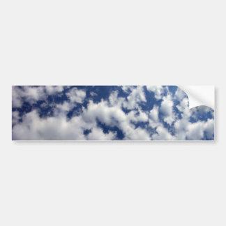 Nubes hinchadas en el cielo azul etiqueta de parachoque