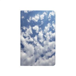 Nubes hinchadas en el cielo azul cuaderno grapado