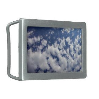 Nubes hinchadas en el cielo azul hebilla cinturon