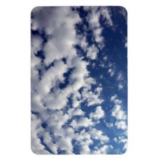 Nubes hinchadas en el cielo azul imanes rectangulares
