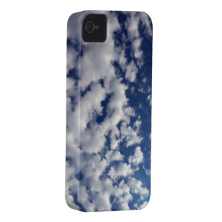 Nubes hinchadas en el cielo azul iPhone 4 carcasas