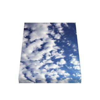 Nubes hinchadas en el cielo azul impresión en lona estirada