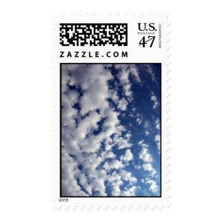 Nubes hinchadas en el cielo azul - medio estampilla