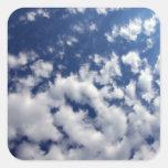 Nubes hinchadas en el cielo azul calcomanías cuadradas