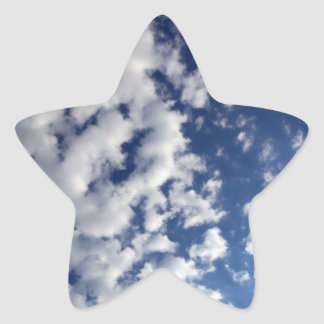 Nubes hinchadas en el cielo azul calcomanía cuadrada personalizada
