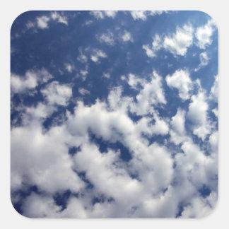 Nubes hinchadas en el cielo azul pegatina cuadrada