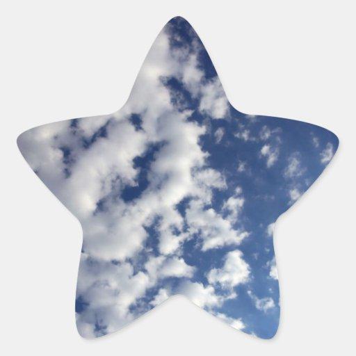 Nubes hinchadas en el cielo azul pegatina en forma de estrella
