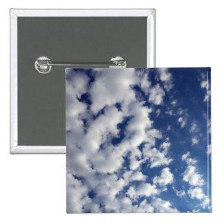 Nubes hinchadas en el cielo azul pins