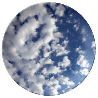 Nubes hinchadas en el cielo azul platos de cerámica