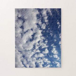 Nubes hinchadas en el cielo azul puzzle