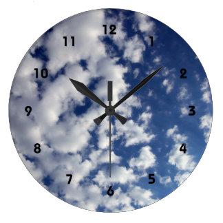 Nubes hinchadas en el cielo azul reloj redondo grande