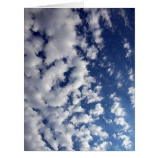 Nubes hinchadas en el cielo azul tarjeta de felicitación grande
