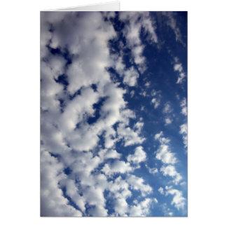 Nubes hinchadas en el cielo azul tarjeta de felicitación