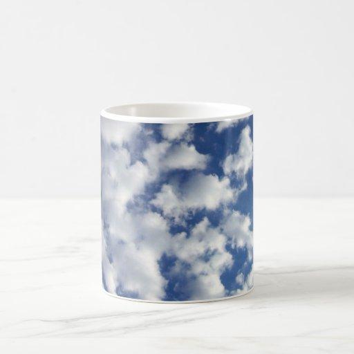 Nubes hinchadas en el cielo azul taza básica blanca