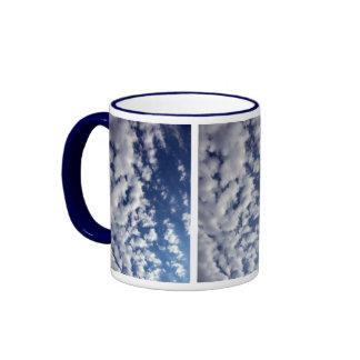 Nubes hinchadas en el cielo azul taza de café