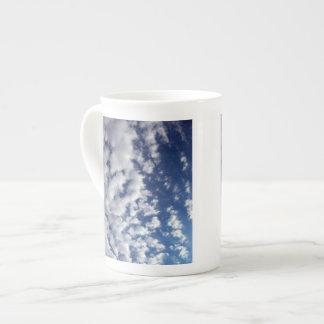 Nubes hinchadas en el cielo azul taza de porcelana