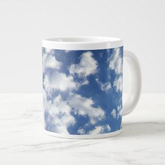Nubes hinchadas en el cielo azul taza grande