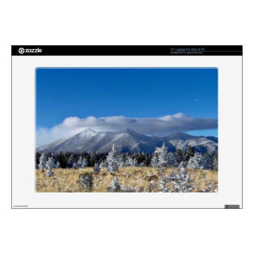 Nubes hoovering sobre los picos de montaña skins para portátil