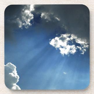 Nubes oscuras del resplandor del cielo posavaso