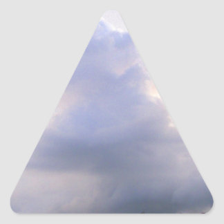 Nubes púrpuras soñadoras pegatina triangular