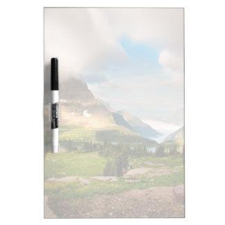 Nubes que barren a través de las montañas pizarra
