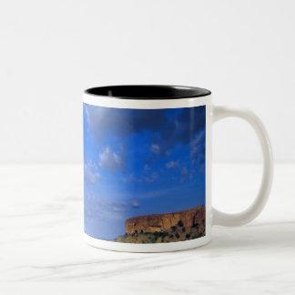 Nubes que barren a través del cielo sobre taza de café de dos colores
