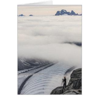 Nubes que rompen la tarjeta de felicitación (espac