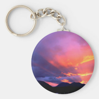 Nubes que rompen puesta del sol llaveros