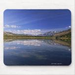 Nubes reflejadas en el lago alfombrillas de ratones