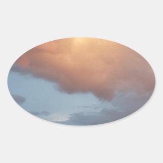 Nubes rosadas, cielo azul pegatina ovalada