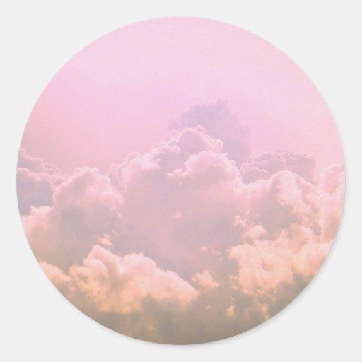 Nubes rosadas pegatina redonda