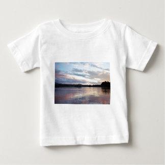 Nubes rosadas sobre el lago bifurcado t-shirt