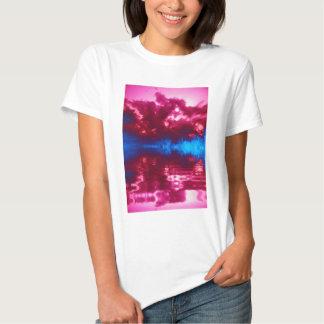 Nubes rosadas y ramas de Indiglo que reflejan por Polera