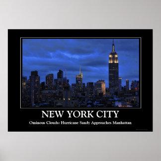 Nubes siniestras: El huracán Sandy se acerca a NYC Posters